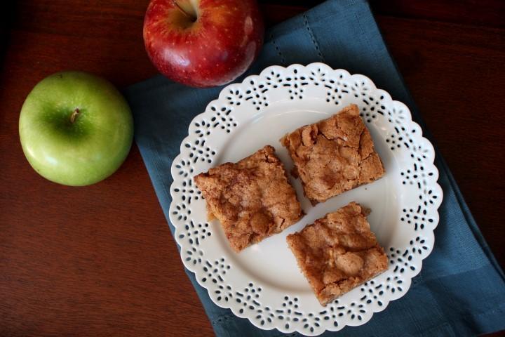 Apple Blondies - Soft blondie brownies packed with amazing cinnamon apple flavor