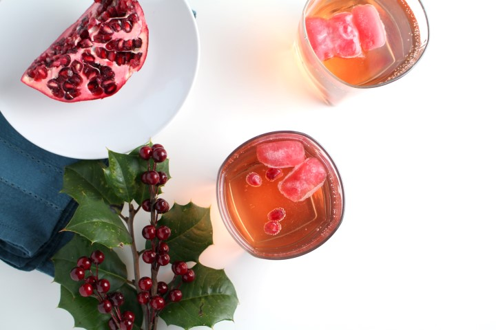 Sparkling White Cranberry Grape Punch is a  fun, easy holiday drink featuring 7UP®, white cranberry and white grape juice with elegant pomegranate ice cubes. #MingleNMix #CollectiveBias #ad