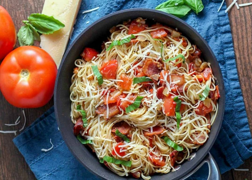 Pasta with tomatoes and bacon