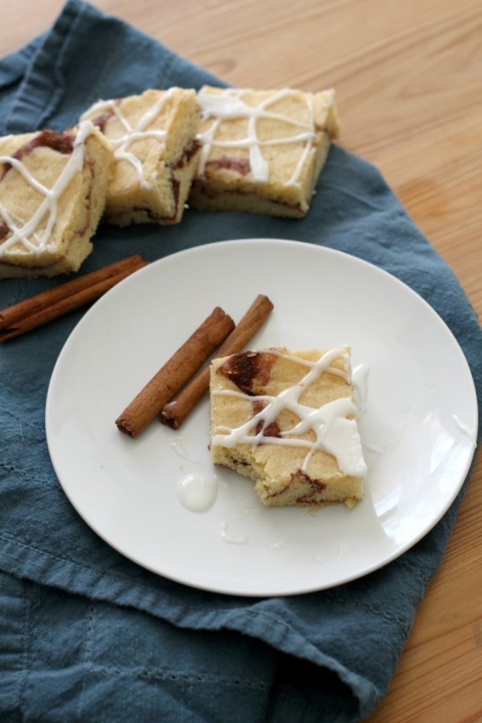 Cinnamon Roll Blondies | Cinnamon Swirled Blondies | easy bar recipe | Cinnamon Blondie Brownies