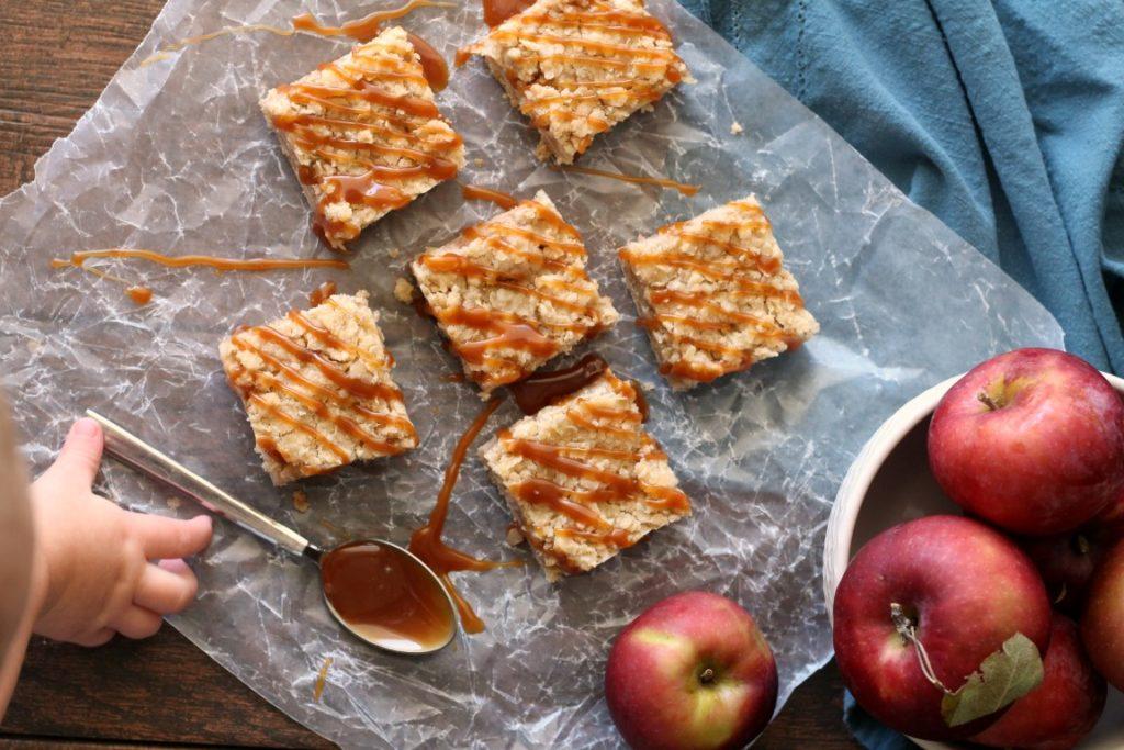 caramel apple crumb bars   salted caramel apple bars   apple pie bars   Fall apple recipes   thanksgiving desserts