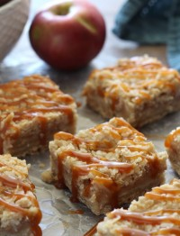 caramel apple crumb bars | salted caramel apple bars | apple pie bars | Fall apple recipes | thanksgiving desserts