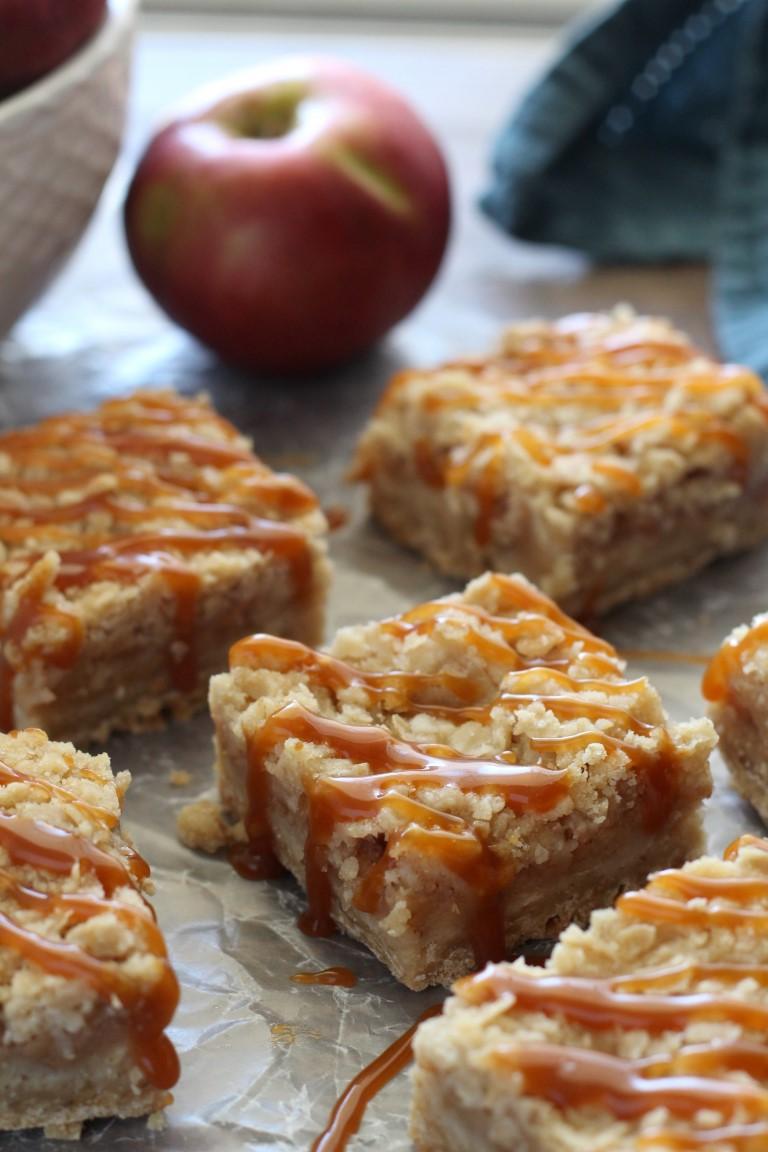 caramel apple crumb bars | salted caramel apple bars | apple pie bars | Fall apple recipes | thanksgiving desserts